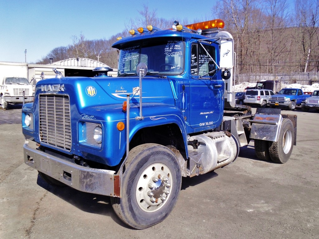 Mack Single Axle Trucks With Sleepers : Mack r model single axle day cab tractor for sale by
