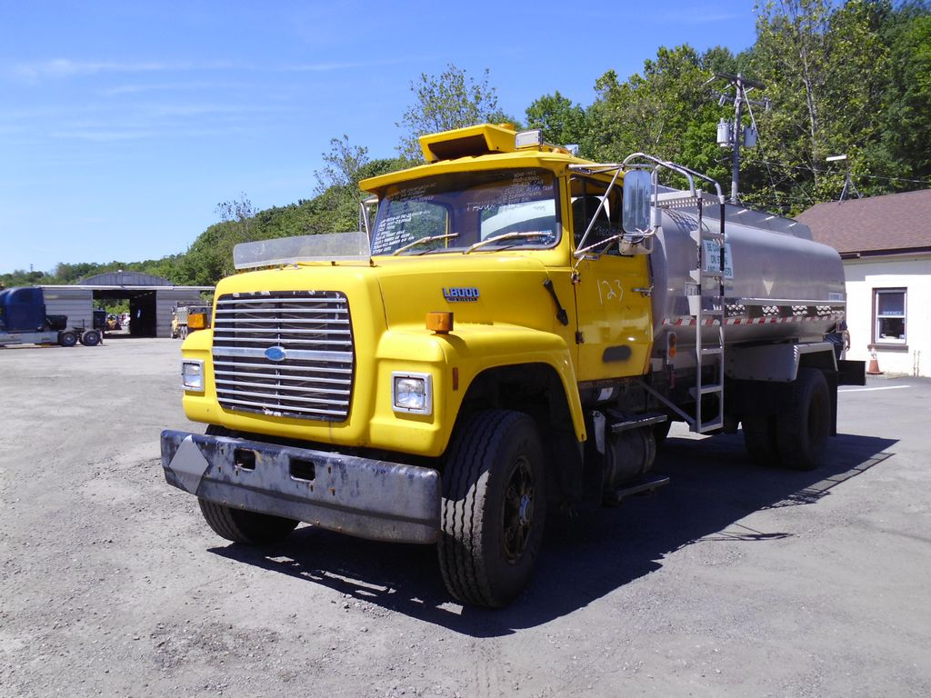 Make ford model l8000 type single axle tanker truck motor ford 7 8l mech 240 hp air to air yes engine brake no pto two air operated shaft type to